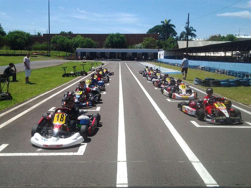 Paranaense Light tem início com kartistas de três estados