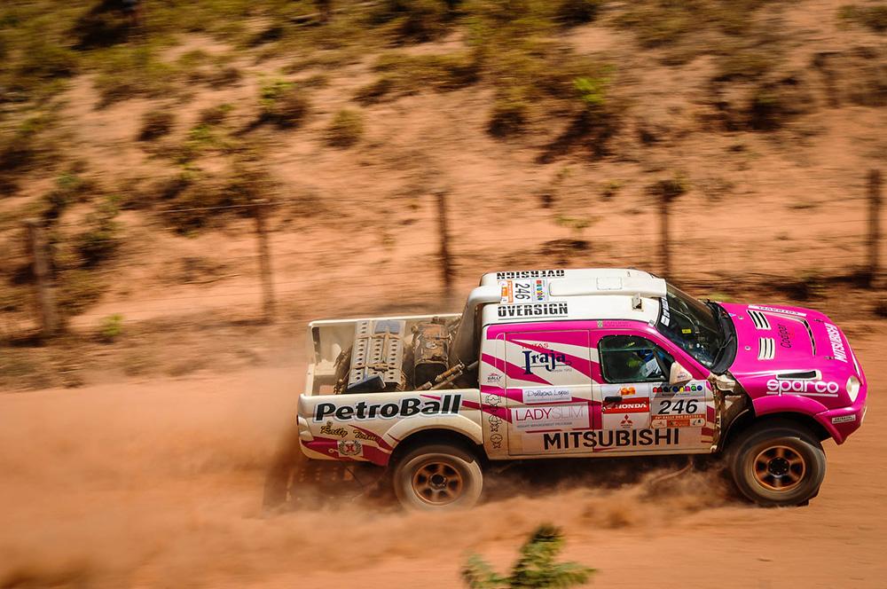 Helena Soares e Josi Koerich apresentam carro para a disputa do Rally dos Sertões