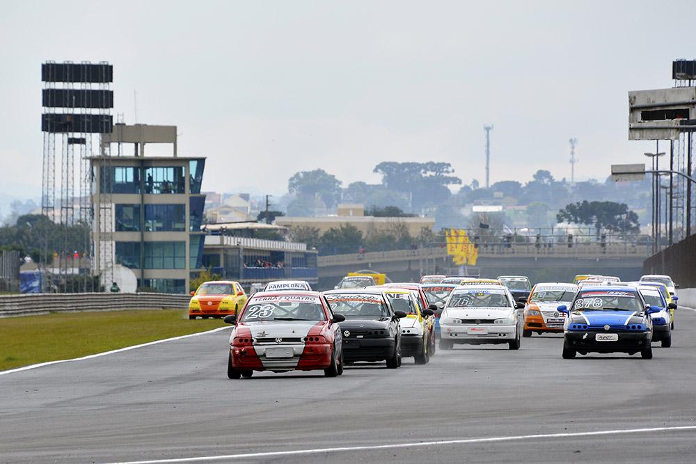Nove corridas movimentaram o domingo no AIC