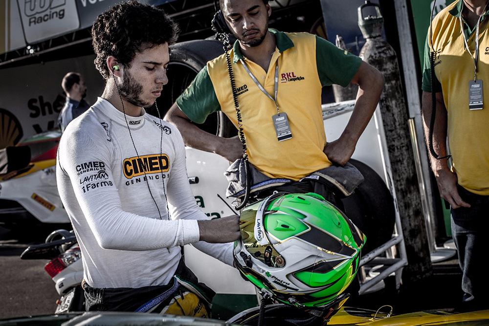Piloto de 19 anos abandona as duas corridas no final de semana e espera recuperação em Goiânia.